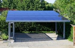 Nieuwe carport met semi transparante photovoltaik moduls royalty-vrije stock afbeeldingen