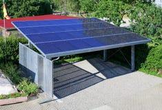 Nieuwe carport met semi transparante photovoltaik moduls stock afbeelding