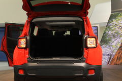 Nieuwe compacte jeep op tribune Royalty-vrije Stock Foto