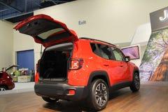 Nieuwe compacte jeep op tribune Royalty-vrije Stock Afbeelding