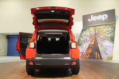 Nieuwe compacte jeep op tribune Stock Foto