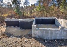Nieuwe concrete huisstichting met het waterdicht maken Stock Fotografie