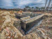 Nieuwe concrete huisstichting met het waterdicht maken Stock Foto's