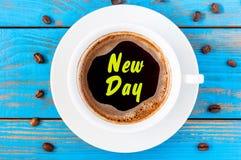 Nieuwe Dag - inschrijving op ochtendmok koffie of espresso Motiveer Concept royalty-vrije stock fotografie