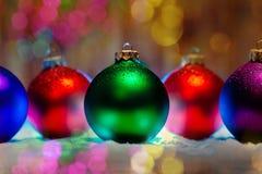 Nieuwe de boomdecoratie van jaarballen met bokehachtergrond Stock Afbeelding