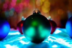 Nieuwe de boomdecoratie van jaarballen met bokehachtergrond Stock Foto
