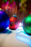 Nieuwe de boomdecoratie van jaarballen met bokehachtergrond Royalty-vrije Stock Foto's