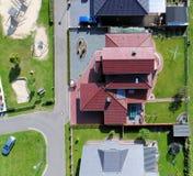 Nieuwe de bouwregeling met huizen en eigenschappen met tuinen, stock afbeelding