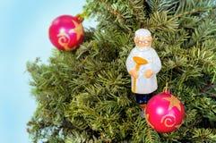 Nieuwe de groetkaart van jaarkerstmis met boom, speelgoed arts van geneeskunde Stock Fotografie