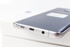 Nieuwe de Melkwegnota 5 van Smartphone Samsung met s-Pen stock fotografie