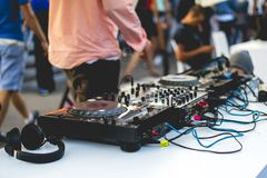 Nieuwe de plaatsopstelling van DJ openlucht op de zomerpartij stock afbeelding