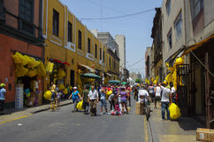 Nieuwe de straatmarkt van de jaarvooravond op één straat van Lima stads oude stad Stock Foto