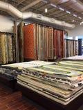 Nieuwe dekens voor verkoop bij meubilairopslag Stock Foto