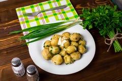 Nieuwe die Aardappels met gehakte ui en worst worden bedekt royalty-vrije stock afbeeldingen