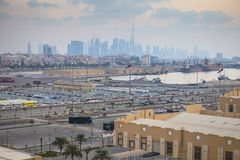 Nieuwe die auto's in rijen bij haven Rashid in Doubai, de V.A.E worden opgeslagen royalty-vrije stock afbeeldingen