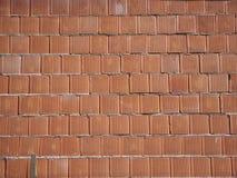 Nieuwe die bakstenen muur van rode bakstenen op mortier wordt gebouwd Achtergrond voor bouwwerkzaamheid Stock Foto's