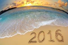 2016 nieuwe die jaarcijfers op strandzand worden geschreven Stock Afbeelding