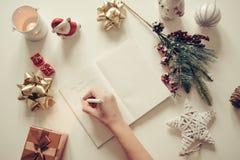 Nieuwe die jaarresoluties met een hand worden geschreven over notitieboekje met de nieuwe retro stijl van jarendeco Royalty-vrije Stock Afbeeldingen