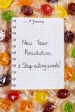 Nieuwe die jarenresoluties in notitieboekje en kleurrijk suikergoed worden geschreven Royalty-vrije Stock Fotografie