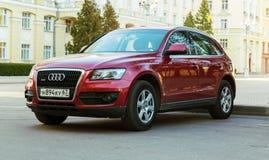 Nieuwe die luxe Audi Q5 op de straat van de Stad van Smolensk wordt geparkeerd Stock Foto