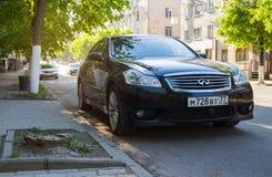 Nieuwe die luxe Infiniti Q50 op straat wordt geparkeerd Stock Afbeelding