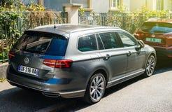Nieuwe die Volkswagen Passat-wagenauto in stad wordt geparkeerd Stock Fotografie