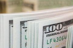 Nieuwe 100 dollars door dichte omhooggaand Stock Afbeelding