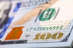 Nieuwe 100 dollars door dichte omhooggaand Stock Foto