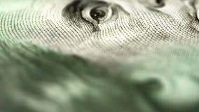Nieuwe 100 dollarsrekening van close-up aan blad stock footage