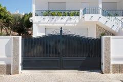 Nieuwe donkere metaal dubbele poorten voor ingang van auto's in de werf Stock Foto