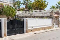 Nieuwe donkere metaal dubbele poorten voor ingang van auto's in de werf Royalty-vrije Stock Foto's