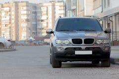 Nieuwe dure grijze die auto in bedekt parkeerterrein vooraan wordt geparkeerd Vervoer en parkerenconcept royalty-vrije stock afbeelding
