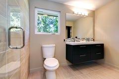 Nieuwe eenvoudige moderne badkamers met dubbele gootstenen en natuurlijke keramische tegel. Stock Afbeeldingen