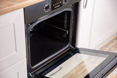 Nieuwe elektrische open oven in witte keuken stock foto