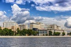 Nieuwe elite woon complexe ` Rivieroever ` op de Ushakovskaya-dijk op de banken van Bolshaya Nevka in St. Petersburg stock afbeelding