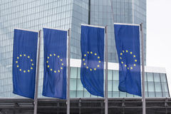 Nieuwe Europese Centrale Bank in Frankfurt Duitsland met de vlaggen van Europa Stock Foto's