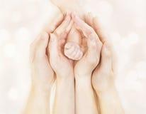 Nieuwe familiehanden en Baby - geboren Wapen, Moedervader Children Body, Pasgeboren Jong geitjehand Royalty-vrije Stock Foto