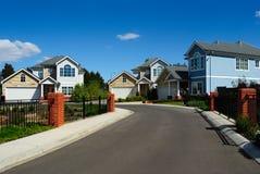 Nieuwe familiehuizen in kleine woonwijk stock afbeeldingen