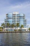 Nieuwe flatgebouwen bij het kanaal in Fort Lauderdale Royalty-vrije Stock Afbeelding