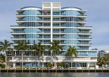 Nieuwe flatgebouwen bij het kanaal in Fort Lauderdale Stock Foto's