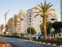 Nieuwe flatgebouwen bij zonnige vroege avond Stock Foto's