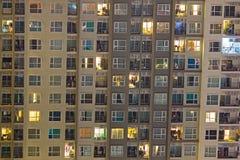 Nieuwe flatgebouwen met koopflats in een hete markt waar highrise flatgebouwen AR Stock Afbeeldingen