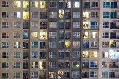 Nieuwe flatgebouwen met koopflats in een hete markt waar highrise flatgebouwen AR Stock Foto