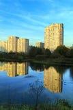 Nieuwe flatgebouwen op de rivierbank Balashikha, Rusland Stock Afbeeldingen