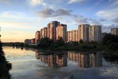 Nieuwe flatgebouwen op de rivierbank bij zonsondergang Balashikha, Rusland Stock Afbeelding