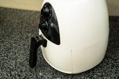 Nieuwe frituurpan het werk oppervlakte in de keuken royalty-vrije stock afbeeldingen