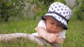 Nieuwe gadgets en babys Kinderen en nieuwe technologieën stock videobeelden