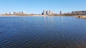 Nieuwe gebouwen en bouw voorbij de rivier stock videobeelden