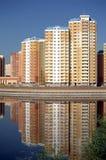 Nieuwe gebouwen onder blauwe duidelijke wolkenloze hemel royalty-vrije stock afbeelding