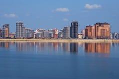 Nieuwe gebouwen op de rivierdijk. Stock Foto